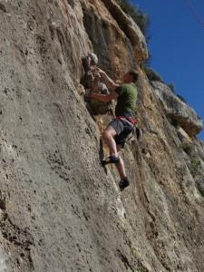 Steven klettert in Cala Magraner 6a+